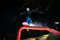 Jabárovsk, Rusia - 24 de enero 2016: El Snowboarder que salta en la noche Foto de archivo libre de regalías
