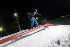 Jabárovsk, Rusia - 24 de enero 2016: El Snowboarder que salta en la noche Foto de archivo