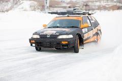 JABÁROVSK, RUSIA - 7 de marzo de 2015: Honda Civic en el hielo tr del invierno Imagenes de archivo