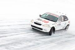 JABÁROVSK, RUSIA - 7 de marzo de 2015: Honda Civic en el hielo tr del invierno Imagen de archivo