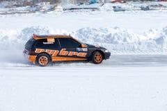 JABÁROVSK, RUSIA - 7 de marzo de 2015: Honda Civic en el hielo tr del invierno Fotos de archivo libres de regalías