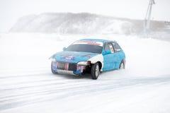 JABÁROVSK, RUSIA - 7 de marzo de 2015: Honda Civic en el hielo tr del invierno Fotografía de archivo