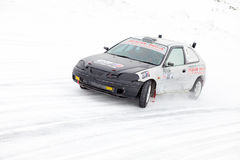 JABÁROVSK, RUSIA - 7 de marzo de 2015: Honda Civic en el hielo tr del invierno Fotografía de archivo libre de regalías