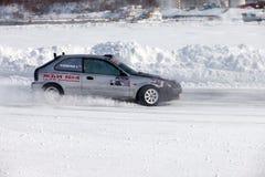 JABÁROVSK, RUSIA - 7 de marzo de 2015: Honda Civic en el hielo tr del invierno Foto de archivo libre de regalías