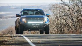Jabárovsk, Rusia - 20 de octubre de 2016: El rapaz SUV de Ford F150 está en el camino que conduce en la suciedad Imagen de archivo libre de regalías