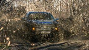 Jabárovsk, Rusia - 20 de octubre de 2016: El rapaz SUV de Ford F150 está en el camino que conduce en la suciedad Fotografía de archivo