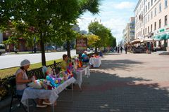 Jabárovsk/Rusia - de sept. el 02 de 2018: vendedores del juguete de la calle handmade imagenes de archivo