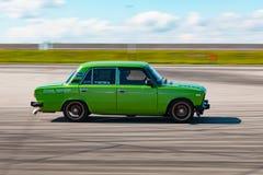 Jabárovsk, Rusia - 23 de septiembre de 2018: derivas verdes del coche imagen de archivo libre de regalías