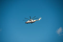 Jabárovsk, Rusia - 3 de septiembre de 2017: Los militares pesados Mi-26 transportan en vuelo en los colores de EMERCOM de Rusia imagen de archivo