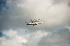 Jabárovsk, Rusia - 3 de septiembre de 2017: Los militares pesados Mi-26 transportan en vuelo en los colores de EMERCOM de Rusia fotos de archivo libres de regalías