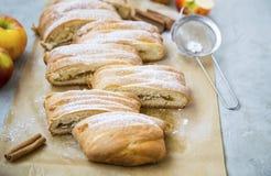 Jabłczanego strudla ciasto, domowej roboty ciasto z jabłkami i cynamon, obrazy royalty free