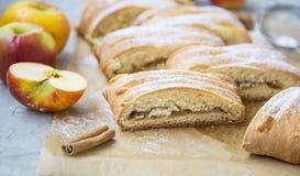 Jabłczanego strudla ciasto, domowej roboty ciasto z jabłkami i cynamon, zdjęcie stock
