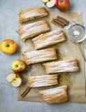 Jabłczanego strudla odgórny widok, domowej roboty ciasto z jabłkami i cynamon, zdjęcia royalty free