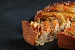Jabłczany kulebiak zamknięty w górę ciemnego tła na fotografia royalty free