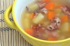 Jabón ahumado de la costilla con la patata y las zanahorias Imagen de archivo