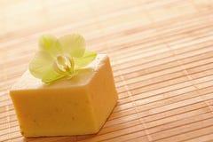 Jabón artesanal natural de Aromatherapy en un balneario fotos de archivo libres de regalías