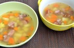 Jabón con la costilla ahumada, la patata y las zanahorias Imagenes de archivo