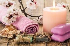 Jabón con la toalla para los procedimientos del cuarto de baño, la cáscara del mar y el burning Imagenes de archivo
