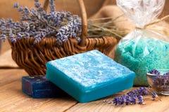 Jabón con las flores de la lavanda y la sal del mar Imagenes de archivo