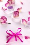 Jabón con las rosas y las velas rosadas para la terapia del balneario Fotos de archivo libres de regalías
