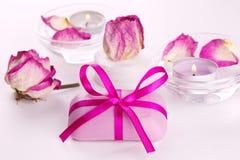 Jabón con las rosas y las velas rosadas para la terapia del balneario Foto de archivo libre de regalías