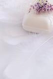 Jabón de la belleza, plumas, cordón y flor artificial Imágenes de archivo libres de regalías
