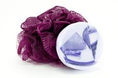 Jabón de la lavanda y esponja púrpura del baño Fotos de archivo