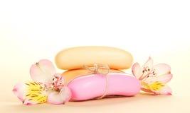Jabón de retrete y las flores de un alstroemeria foto de archivo