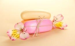 Jabón de retrete y las flores de un alstroemeria Imagen de archivo libre de regalías