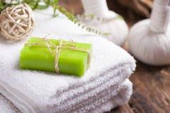 Jabón del aceite de oliva y toalla de baño Foto de archivo