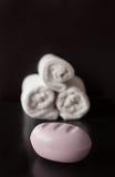 Jabón del balneario de la lavanda con las toallas blancas Foto de archivo libre de regalías