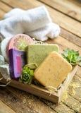 Jabón del balneario en una caja de madera Foto de archivo libre de regalías
