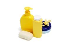 Jabón del bebé, polvo de talco, crema y otros accesorios del cuarto de baño Fotos de archivo