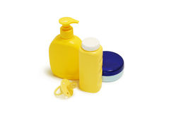 Jabón del bebé, polvo de talco, crema y otros accesorios del cuarto de baño Fotografía de archivo