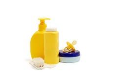 Jabón del bebé, polvo de talco, crema y otros accesorios del cuarto de baño Foto de archivo