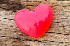 Jabón en forma de corazón en fondo de madera Imagen de archivo