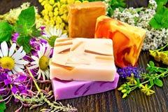 Jabón hecho en casa con las flores a bordo Fotografía de archivo