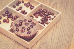 Jabón hecho en casa del café con los granos de café en una caja de madera fotos de archivo libres de regalías