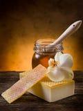 Jabón hecho en casa natural de la miel Imagen de archivo