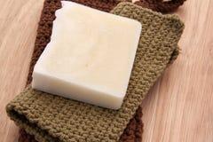Jabón hecho a mano blanco en un fondo de madera Fotos de archivo libres de regalías