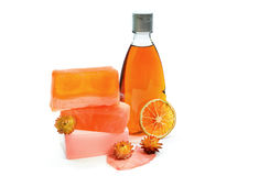 Jabón hecho a mano, botella de color naranja del gel de la ducha Imágenes de archivo libres de regalías