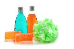 Jabón hecho a mano, botella dos de gel de la ducha y soplo o esponja suave del baño Fotografía de archivo