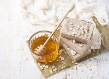 Jabón hecho a mano con la miel y la harina de avena Fotografía de archivo libre de regalías