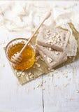 Jabón hecho a mano con la miel y la harina de avena Fotos de archivo libres de regalías