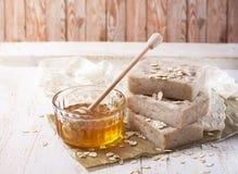 Jabón hecho a mano con la miel y la harina de avena Foto de archivo libre de regalías
