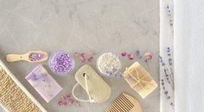 Jabón hecho a mano con los accesorios del baño en el fondo de mármol Fotografía de archivo