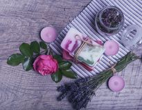 Jabón hecho a mano con los accesorios del baño y del balneario Lavanda secada, orégano y rosa nostálgica del rosa Imagenes de archivo