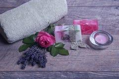 Jabón hecho a mano con los accesorios del baño y del balneario Lavanda secada y rosa nostálgica del rosa Fotografía de archivo libre de regalías