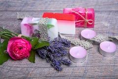 Jabón hecho a mano con los accesorios del baño y del balneario Lavanda secada y rosa nostálgica del rosa Imágenes de archivo libres de regalías