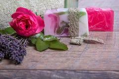 Jabón hecho a mano con los accesorios del baño y del balneario Lavanda secada y rosa nostálgica del rosa Foto de archivo